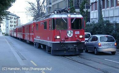 Lehetetlen? Vonat jön az úttest közepén (Svájcban)