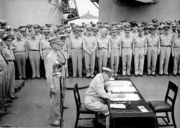 20070308_Douglas_MacArthur_signs_formal_surrender.jpg
