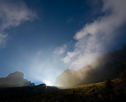 feljön a nap a hegy mögűl